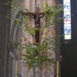 """Croix ornée d'une branche de noisetier et d'""""oiseaux du paradis""""."""