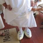 Un moine ancien a été chaussé de pantoufles fantaisie.