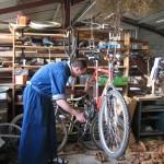 Un frère répare un vélo.