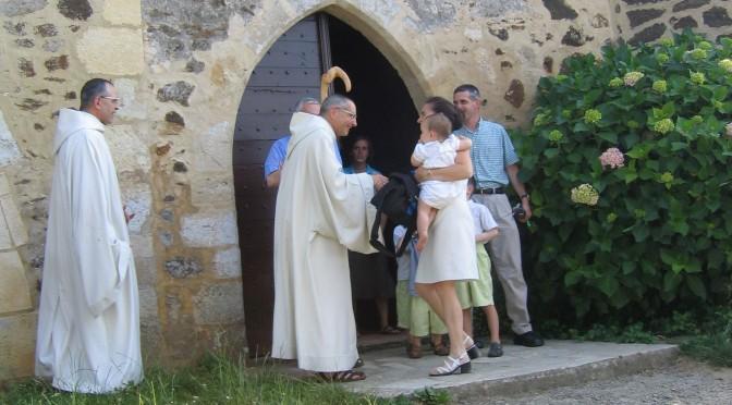 Le père abbé accueille une famille
