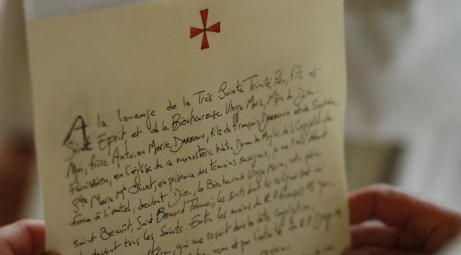 Gros plan sur une charte de profession des vœux monastiques.