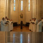 Les moines, en deux chœurs qui se font face, célèbrent la louange divine.