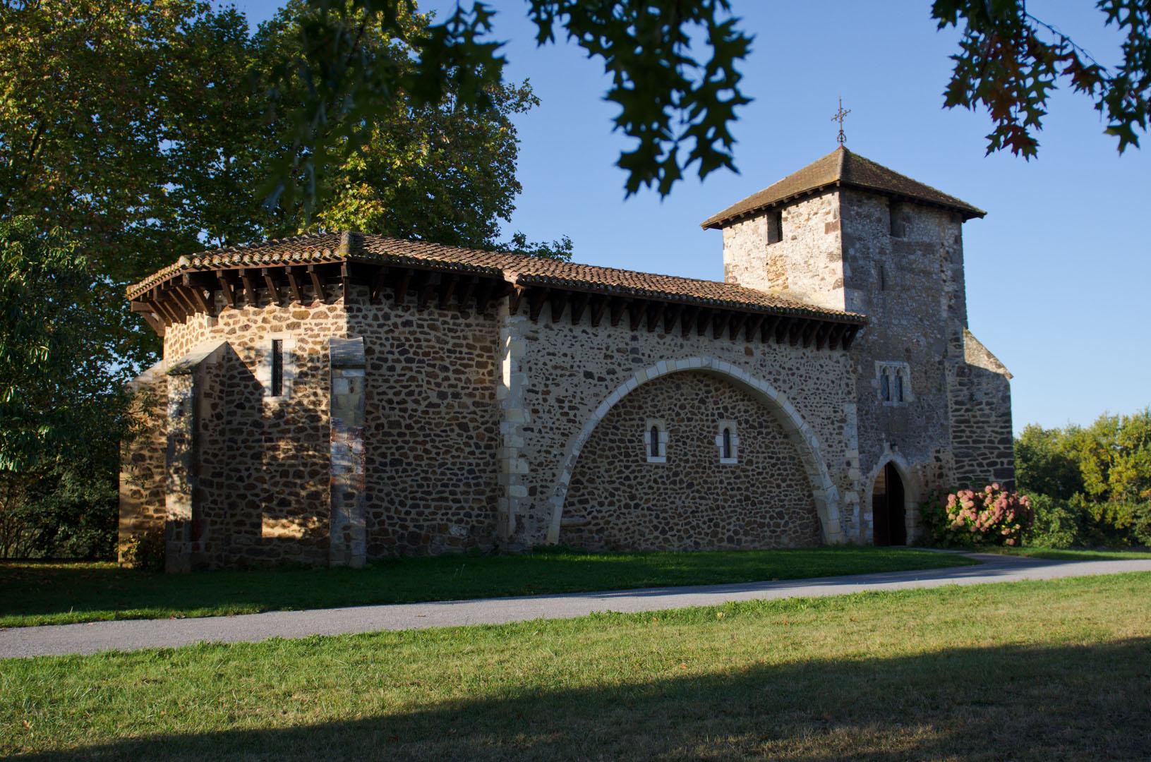 La Vieille église vue sur toute sa longueur, de l'abside à la tour-clocher, dans la lumière rasante d'un matin de la fin de l'été.