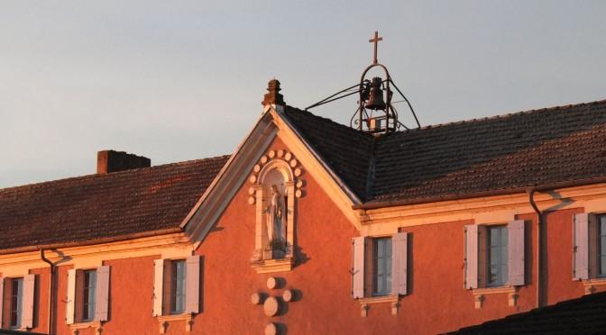 Sur le toit du monastère, une cloche éclairée par le soleil levant.