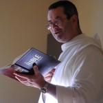 Un frère lit la Bible à haute voix pendant que les autres se restaurent.
