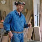Frère souriant dans son atelier.