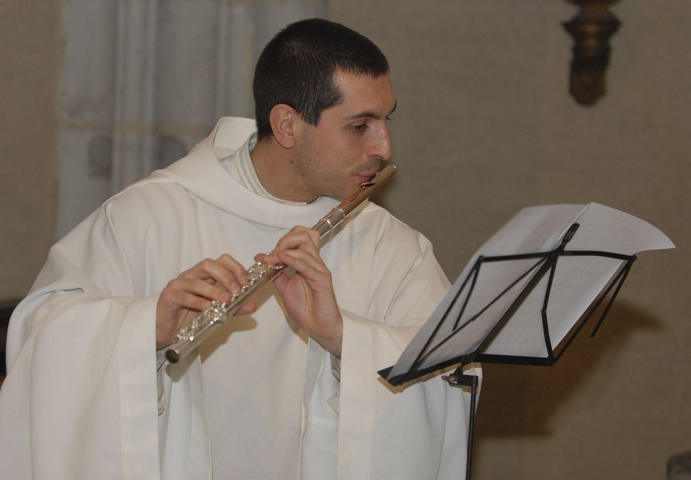 Un moine jouant de la flûte traversière.