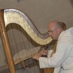 Un moine jouant de la harpe.