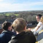 quelques jeunes regardent un paysage de haut
