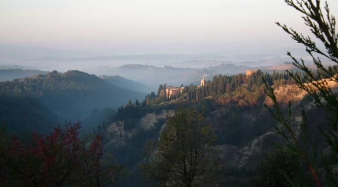 Vue de l'Abbaye de Monte Oliveto, en Toscane, Italie. Dans un paysage toscan baigné de brume, l'archiabbaye surgit des cyprès.