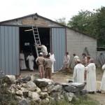 Entrée de l'atelier Saint Joseph, avec des moines et des scouts.