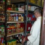 Un frère dans le garde-manger cherche des condiments.