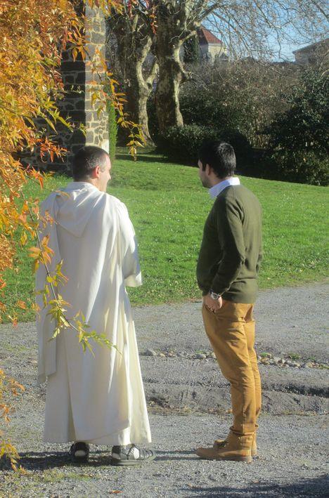 jeune parlant avec un moine