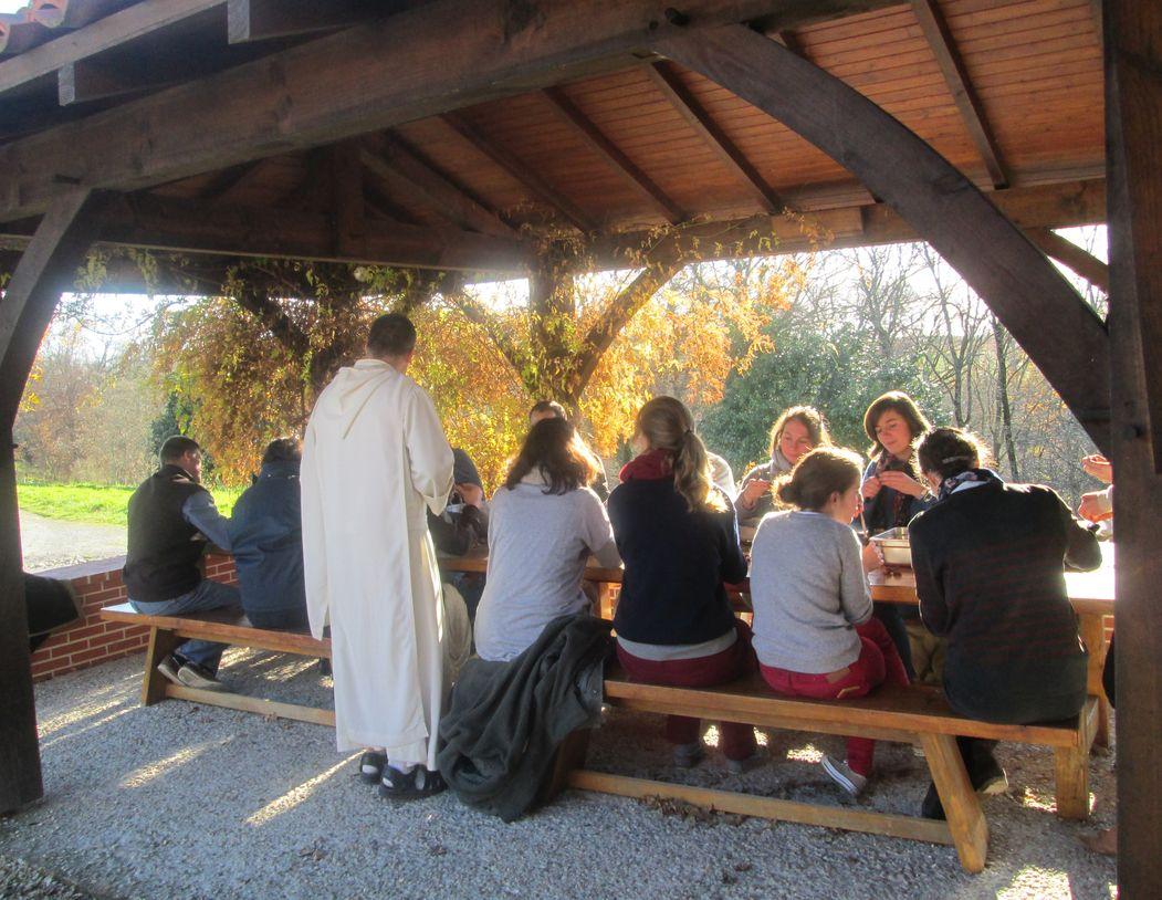 jeunes autour d'une table, au soleil