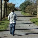 Jeune homme marchant