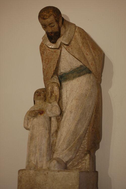 St Joseph regarde et présente la main de Jésus. Jésus regarde son père adoptif et montre son cœur.