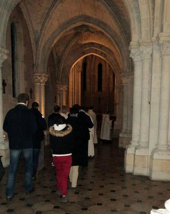 Suivte des moines dans une procession
