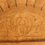 Bas-relief de style moderne. Une Vierge en gloire présente l'Emmanuel. Elle est entourée de deux anges ainsi que des saints protecteurs de l'abbaye St Eustase.