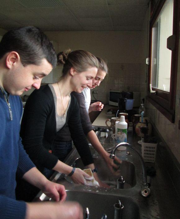 Des jeunes font la vaisselle