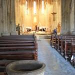 Les bancs de la nef couverts de poussière