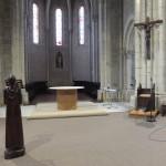L'espace recouvert de moquette. Un autel provisoire a été installé