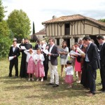 Adultes et enfants chantant