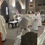 Rénovation des promesses sacerdotales durant la messe chrismale à Maylis