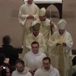 Sortie des évêques et des servants durant la messe chrismale à Maylis