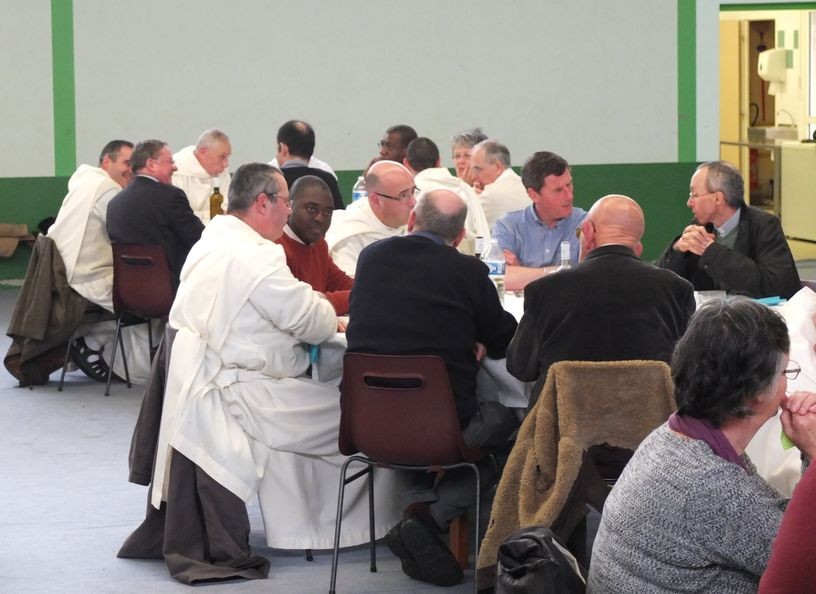 Moines à table avec des prêtres diocésains
