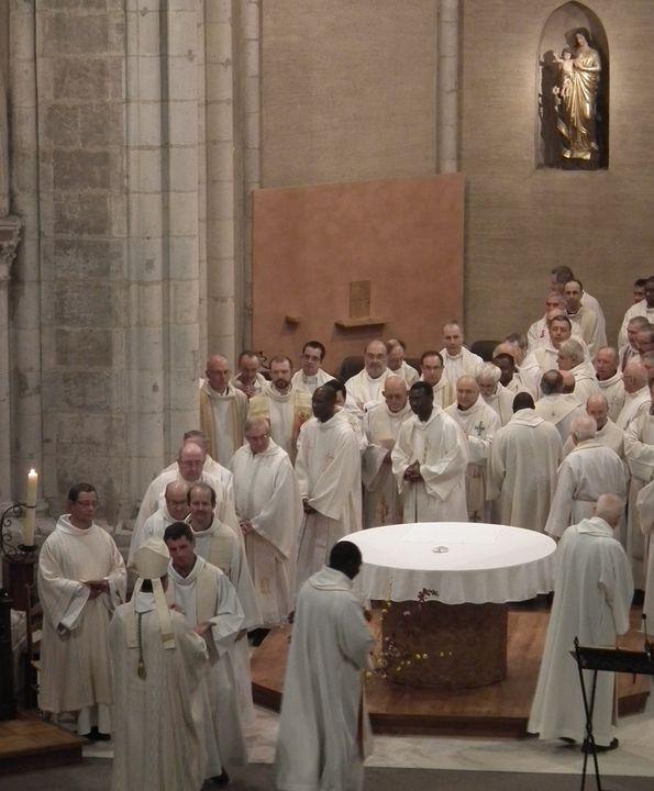 Rénovation des promesses sacerdotales durant la messe chrismale à Maylis, vu de la tribune