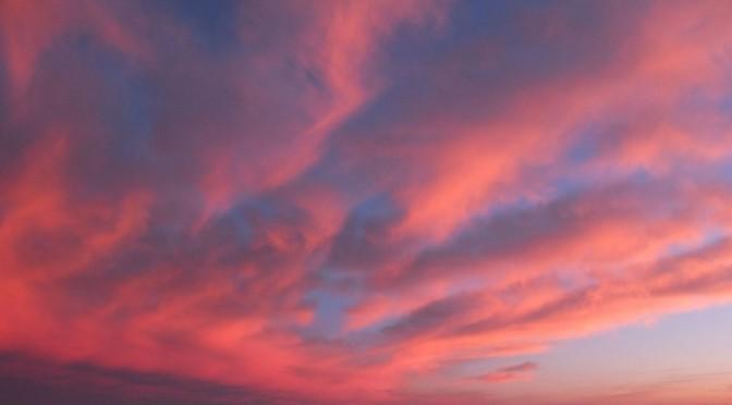 Nuages roses d'un lever de soleil à Maylis