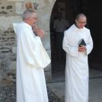 Frère Jérémie salue les frères en s'inclinant