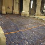 plasitque bleu étendu sur le sol, recouvert de treillages de fer