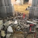 gros plan sur décombres et bouts de tuyaux