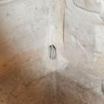 un bout de fil dans un mur