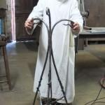 Fr Thibaud devant l'ambon en cours de fabrication