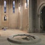 la marche entourant l'autel en cours de pose