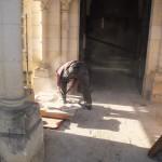 un ouvrier découpe un carreau