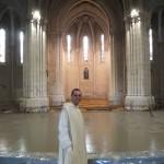 Fr Oliveto devant la dalle de béton fraichement coulée