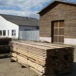 planches devant les hangars de l'abbaye