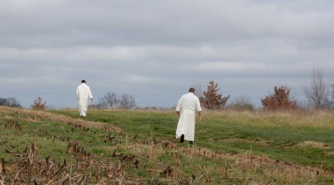 Moines marchant dans la nature pour le 6e dimanche de Paques C