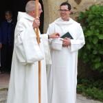 le père abbé et le novice à la sortie de l'église