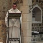 Fr Oliveto lit à l'ambon
