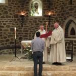 Le postulant debout devant le père abbé qui tient sa crosse de pasteur