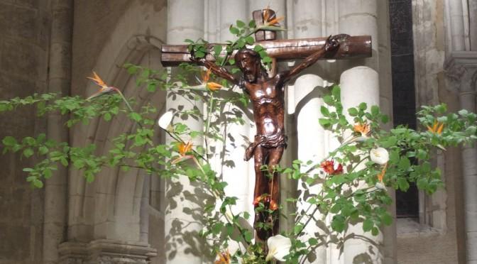 Croix fleurie, avec le Christ