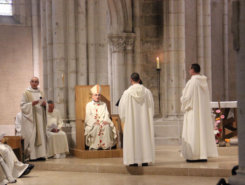 les candidats se tiennent devant l'évêque