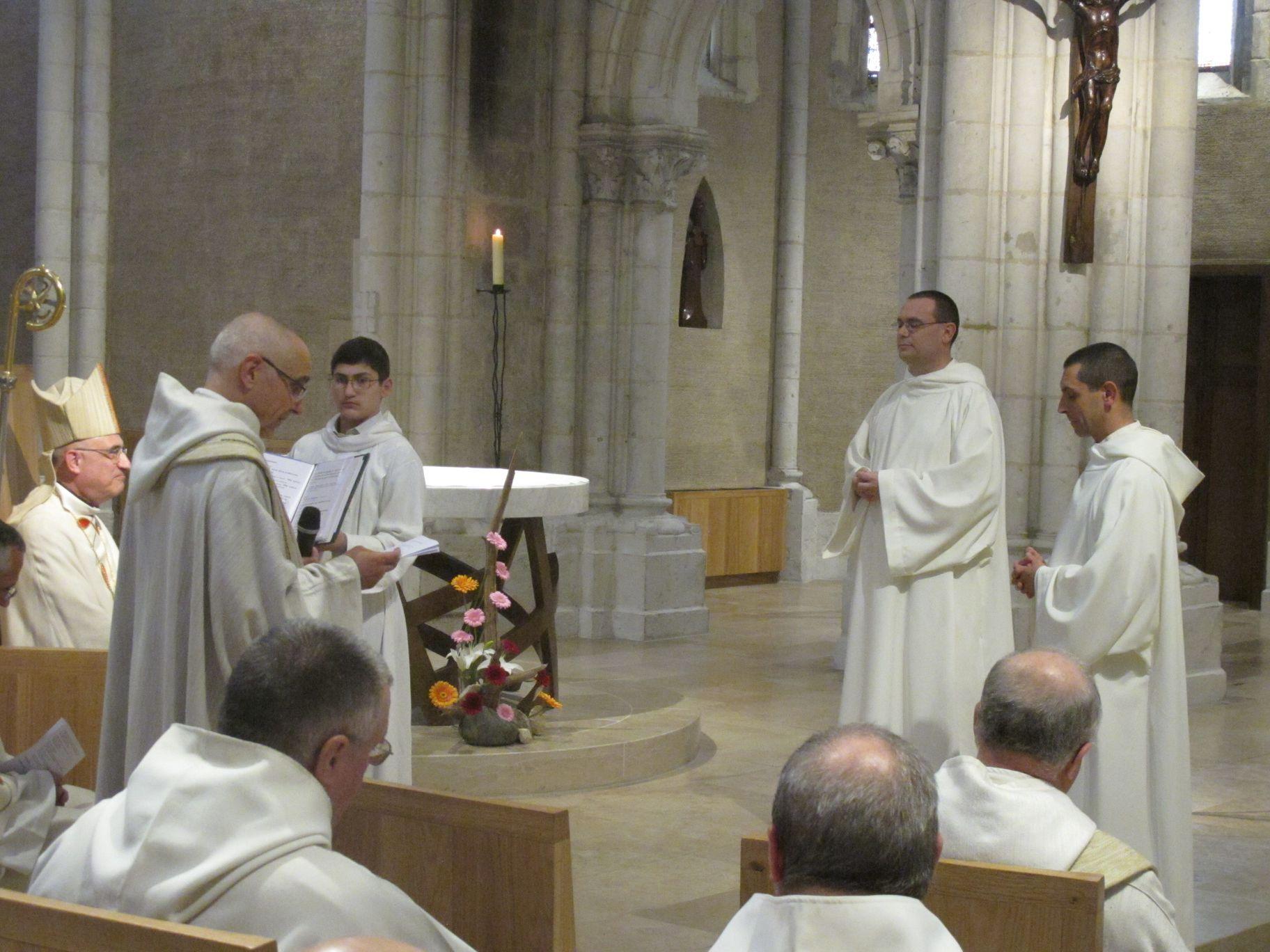 Le père abbé présente les ccandidats