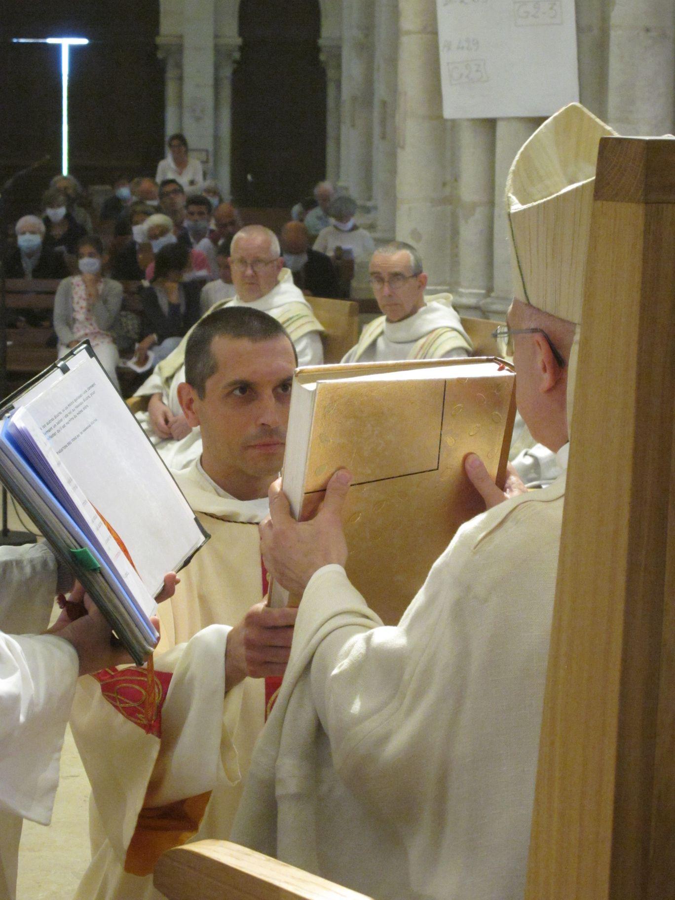 l'évêque remet l'évangéliaire à fr Oliveto