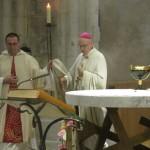 fr grégoire accompagne l'évêque pour l'encensement