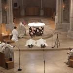 les ordinands sont prosternés à terre devant l'autel, les autres sont à genoux